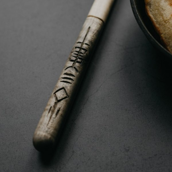 Spatule en bois Viking sculptée en France